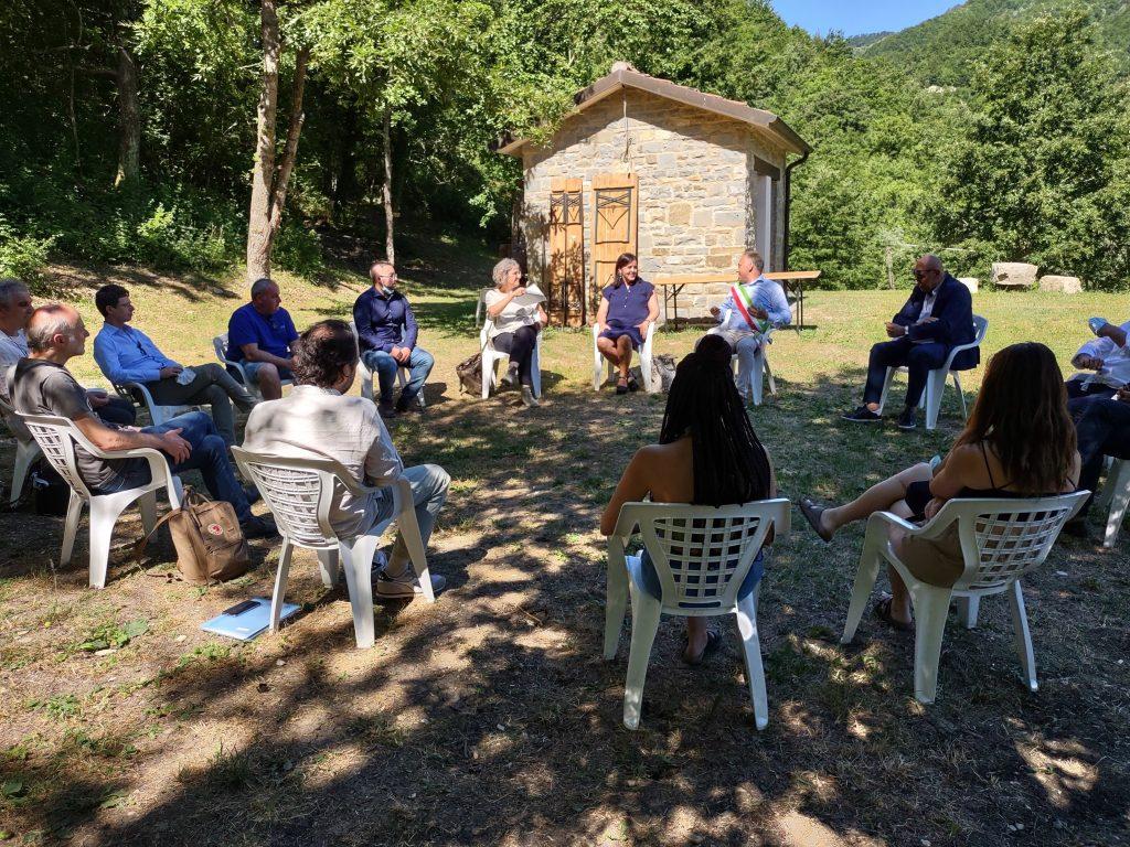 Discussione con gli invitati all'evento presso l'Ecopark di Casteldelci